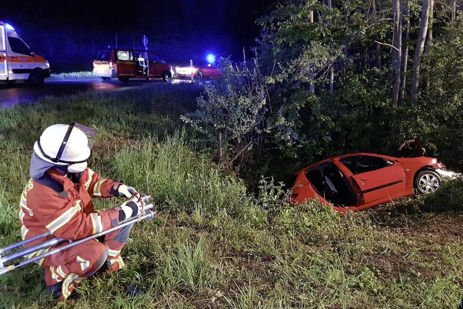 Die Feuerwehr musste drei der Insassen befreien, da sie in dem Peugeot eingeklemmt waren.