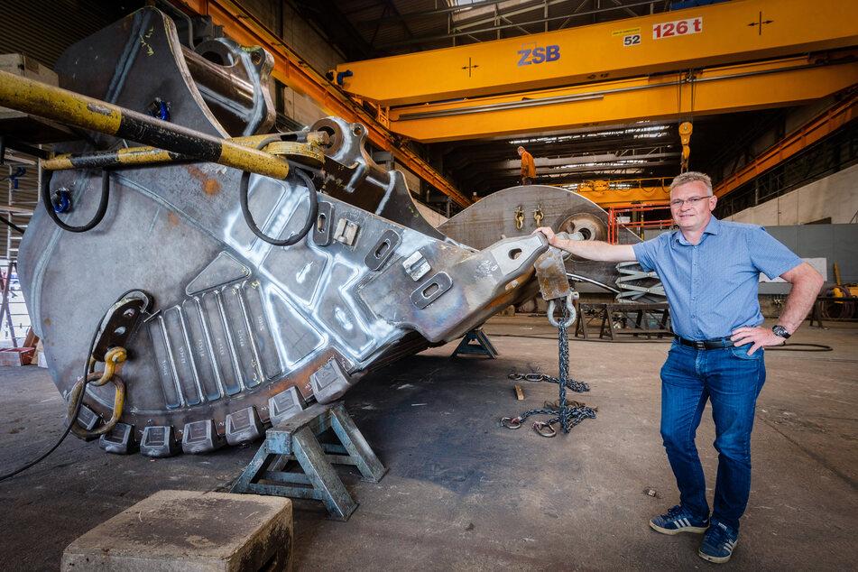 Geschäftsführer Thomas Baumann (51) steht an einem riesigen Tieflöffel, der im Bergbau zum Einsatz kommt.