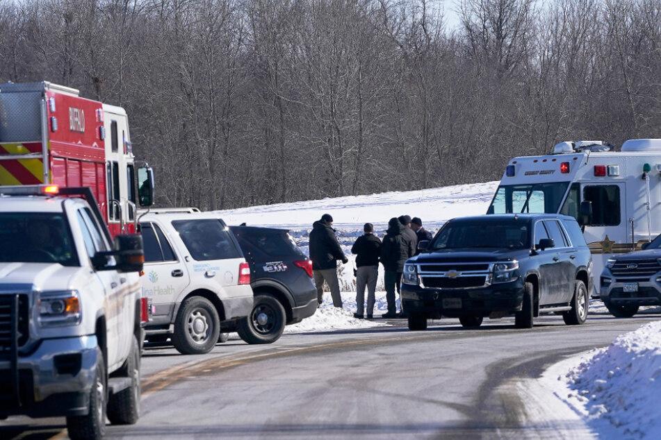 Ersthelfer und Sicherheitskräfte versammeln sich vor dem Krankenhaus.