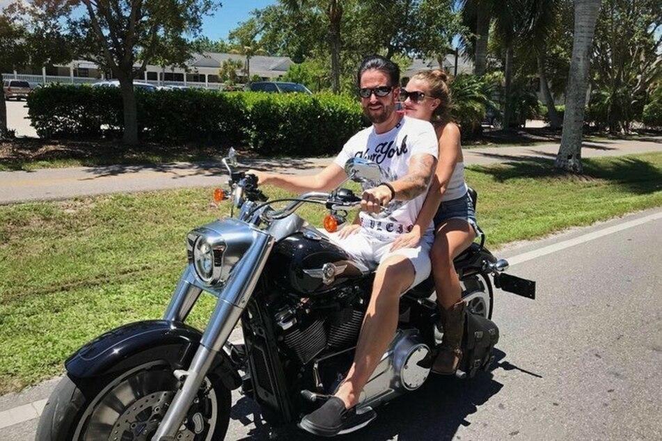 Laura Müller (20) und Michael Wendler (48) düsen gern mal ohne Helm auf dem Motorrad umher.