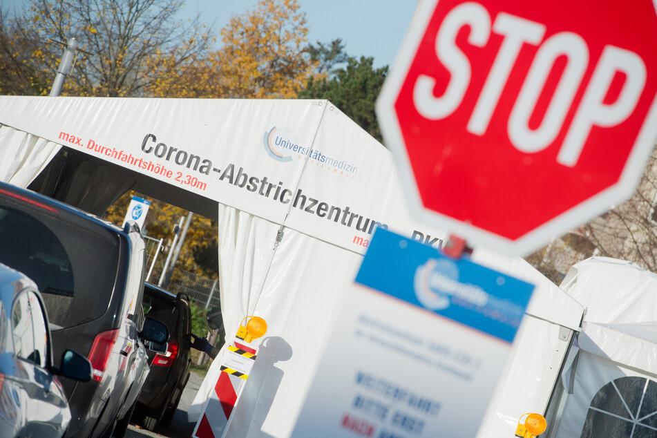 """Ein Schriftzug """"Corona-Abstrichzentrum"""" weist auf das Testzentrum für Corona-Verdachtsfälle hin."""