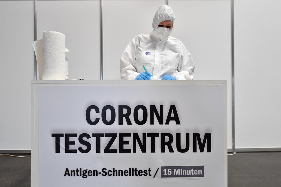 Ein Corona-Testzentrum bei der Messe Erfurt. Die Sieben-Tage-Inzidenz sinkt in Deutschland leicht ab.
