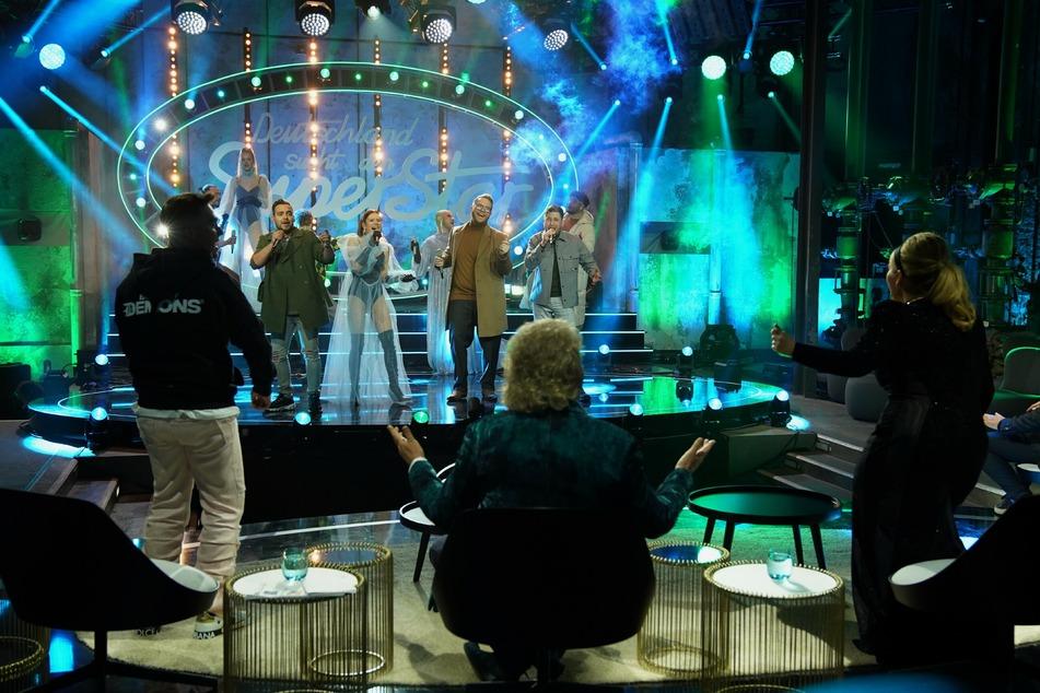 Die neun DSDS-Halbfinalisten traten am Samstagabend live in einem zuschauerleeren Studio vor der dreiköpfigen Jury auf.