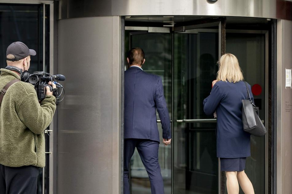 Der Angeklagte (M) und seine Anwältin Martina Kronström am Bezirksgericht in Turku.