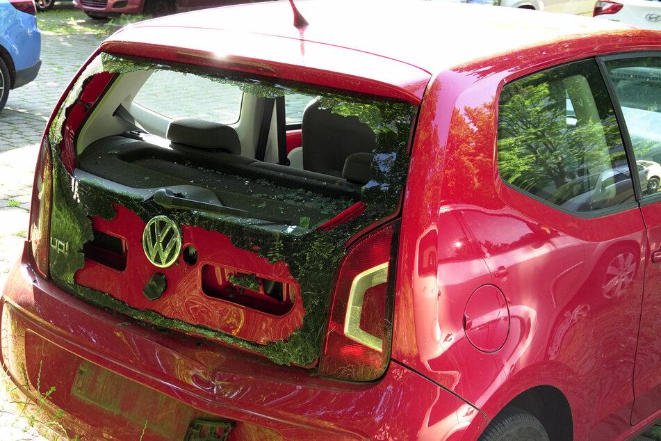 Das Heck des VWs wurde durch den Crash massiv beschädigt.