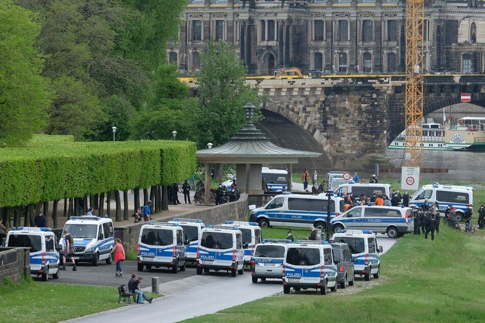 Großaufgebot: Mit vielen Einsatzkräften ist die Polizei auf dem Elberadweg präsent.