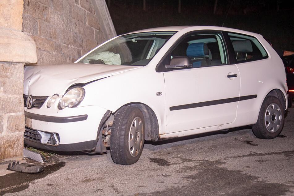 Aus bisher unbekannten Gründen fuhr eine Frau mit ihrem VW Polo gegen eine Bahnbrücke.