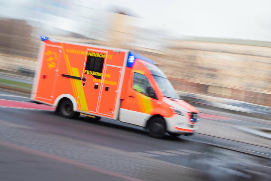Fahrradfahrer behindert und attackiert Rettungskräfte minutenlang, Seniorin tot!