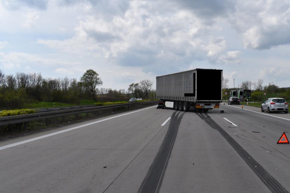 Unfall A2: Laster platzt mitten auf A2 ein Reifen: Unfall mit mehreren Fahrzeugen