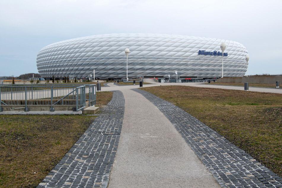 Dunkle Wolken ziehen über die Allianz Arena, dem Heimstadion des Fußball-Bundesligisten FC Bayern München.