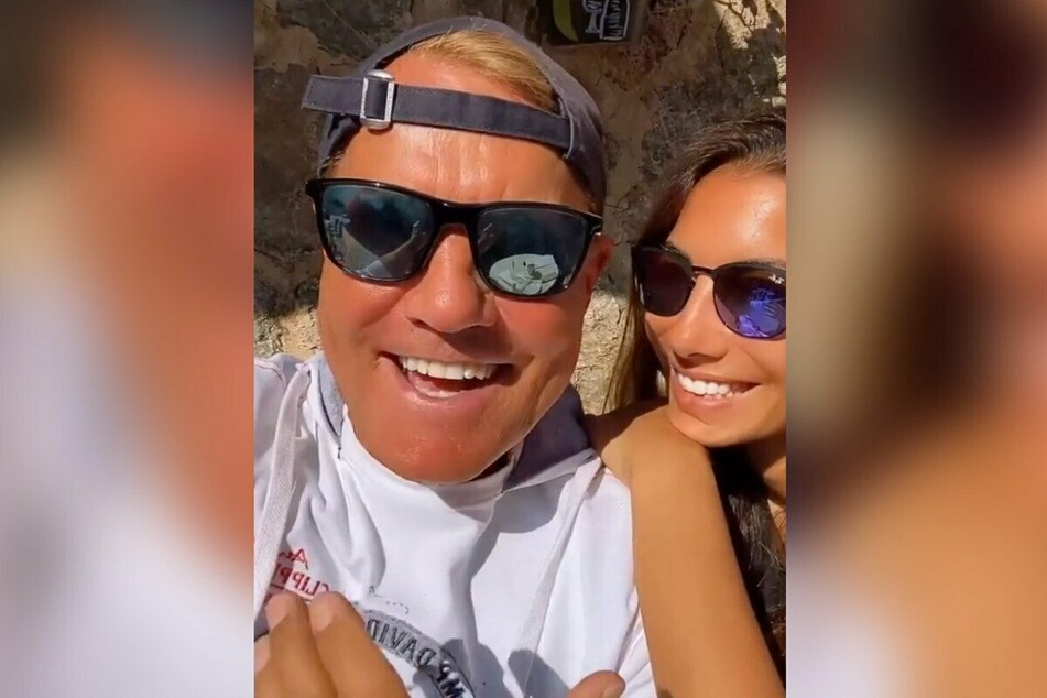 Dieter Bohlen und Freundin Carina (36) lassen sich aktuell auf Mallorca die Sonne auf den Pelz scheinen.