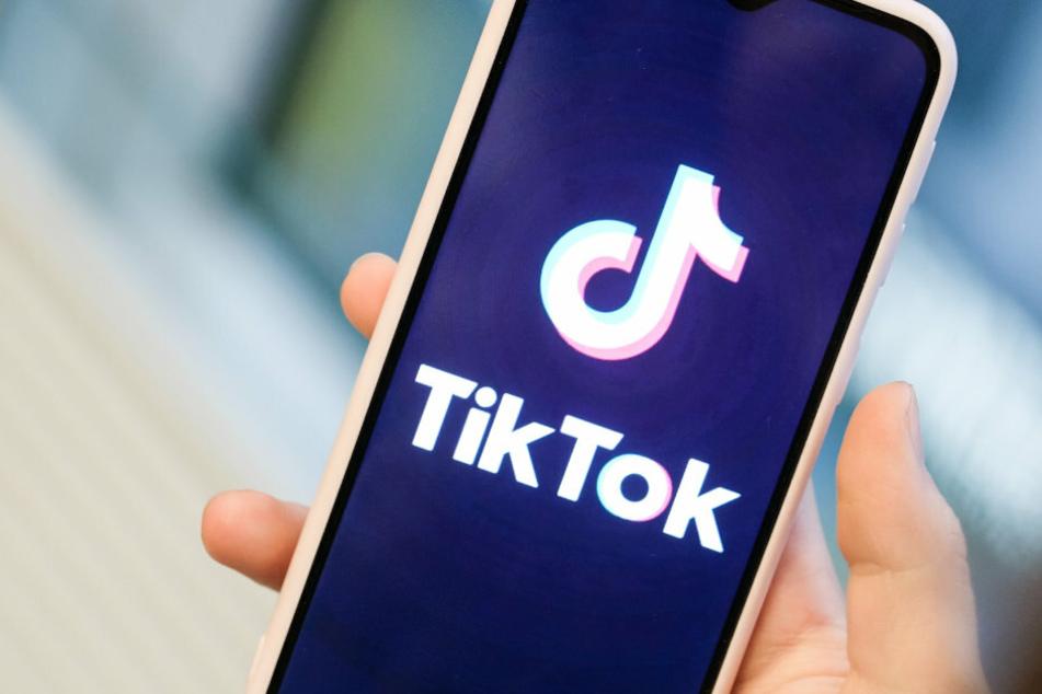 Mit TikTok können Nutzerinnen und Nutzer kurze Handyvideos zu Musik oder zu anderen Videos erstellen. Andere können dazu kommentieren, Herzen verteilen oder anderweitig reagieren. Auch private Nachrichten sind möglich.