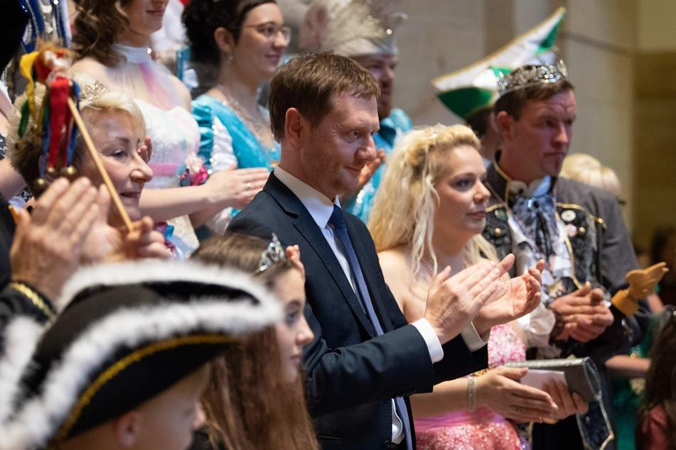 Im Januar wurde noch gefeiert: Michael Kretschmer (CDU, M), Ministerpräsident von Sachsen, empfängt eine Abordnung des Verbandes Sächsischer Carneval e.V. in der Staatskanzlei.