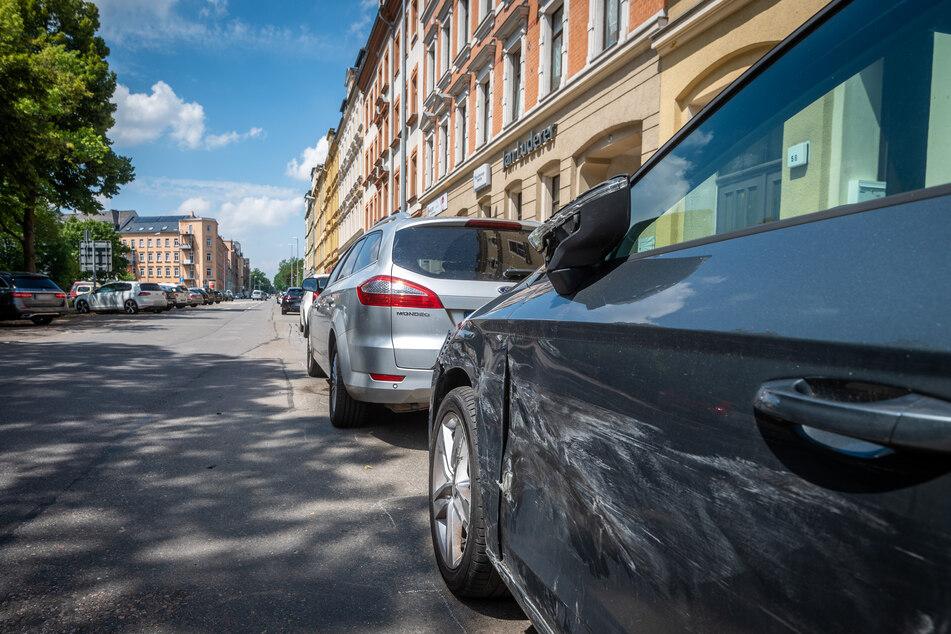 Am Sonntagabend lieferte sich ein Audi eine wilde Verfolgungsjagd mit der Polizei in Chemnitz. Dabei beschädigte der Audi mehrere geparkte Autos in der Bergstraße.