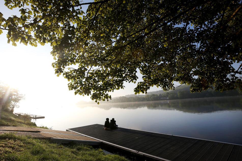 Zwei Frühaufsteher verbringen am Sonntag den Morgen am Ufer des Baldeneysees.