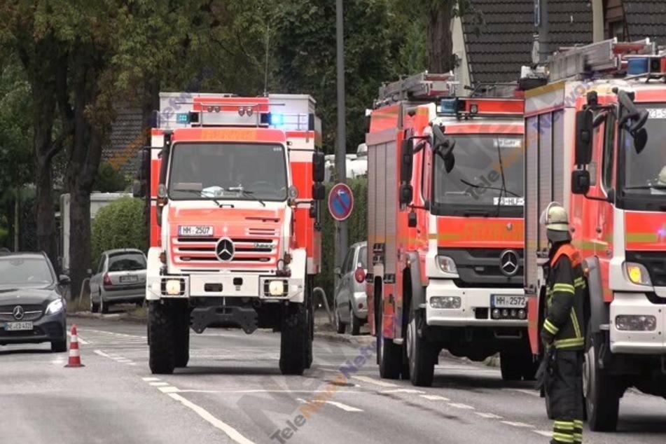 Die Fahrzeuge der Feuerwehr stehen am Einsatzort.