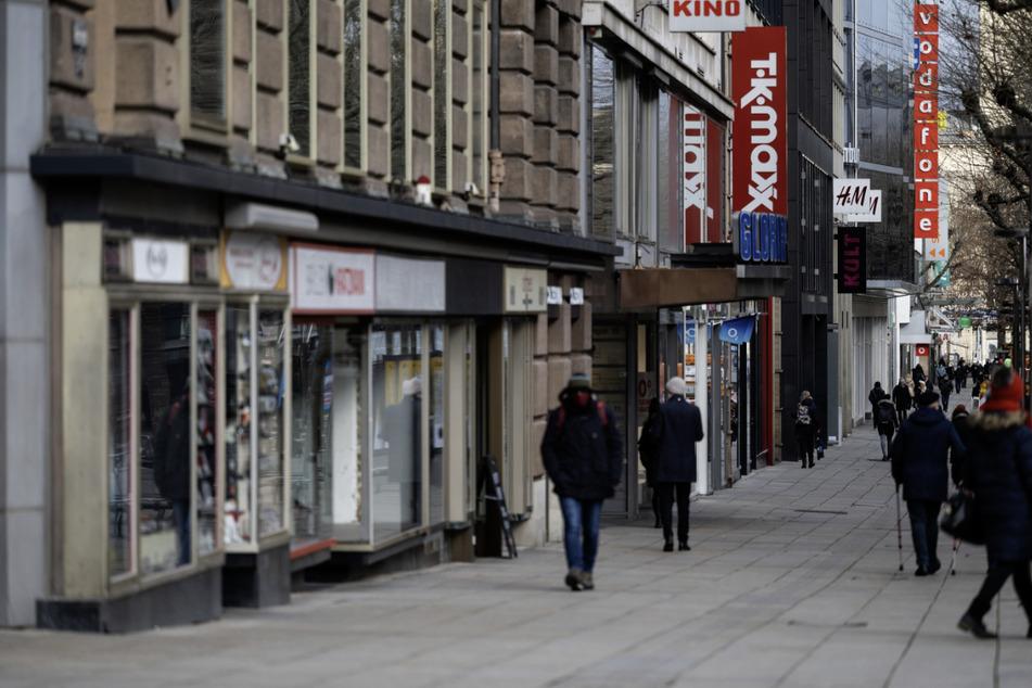 Menschen laufen auf der Stuttgarter Einkaufsmeile Königstraße. Die Stadt muss bei der Lockerung der Corona-Maßnahmen zurückrudern. (Archivbild)