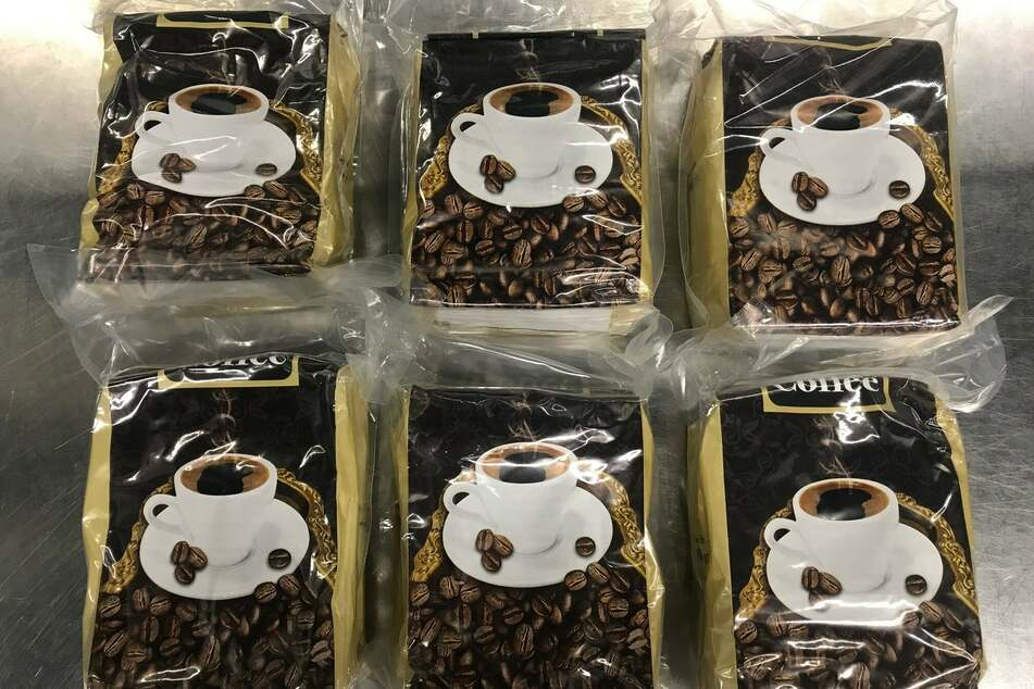 Ein Reisender (44) hat rund elf Kilogramm Wasserpfeifentabak in Kaffeeverpackungen versteckt.