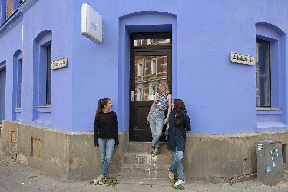 Auf dem Sonnenberg an der Ecke Jakobstraße/Zietenstraße gibt's jetzt einen Späti. Studentin Anna Vogt (25, l.), Künstlerin Marie Donike (27) und Mandy Knospe (40) vom Klub Solitär brachten das Projekt voran.