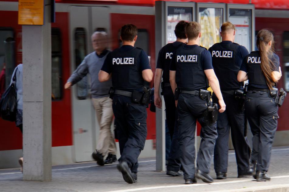 Die Polizei hat am Freitag einen Mann mit widersprüchlichen Ausweispapieren am Kölner Hauptbahnhof festgenommen. (Symbolbild)