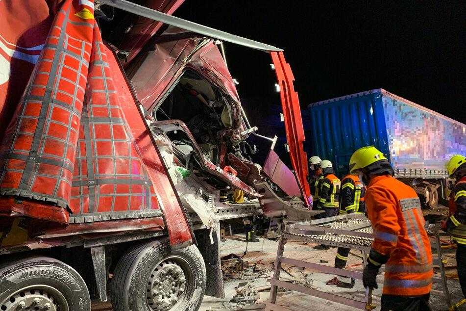 Drei Lastwagenfahrer wurden bei dem Unfall auf der A1 verletzt.