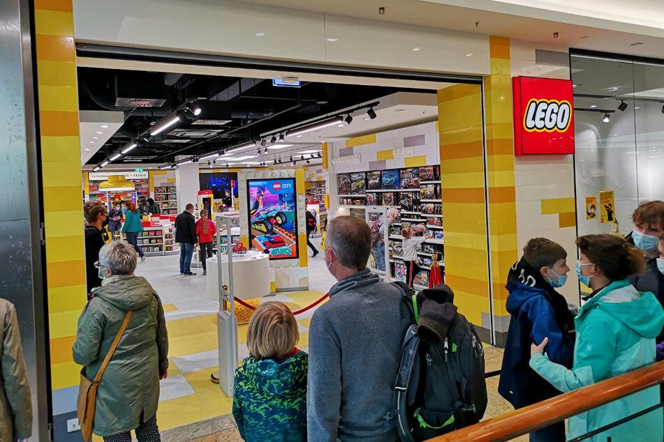 Dresden: Ein Fest für LEGO-Liebhaber: Brandneuer Store in Dresden sorgt für lange Schlange