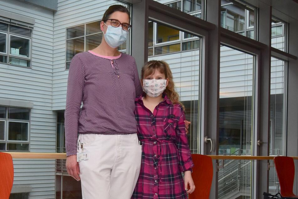 Hat ihre Fieberschübe im Griff: Immunologin Prof. Catharina Schütz mit ihrer kleinen Patientin Jessica-Emilia (11).
