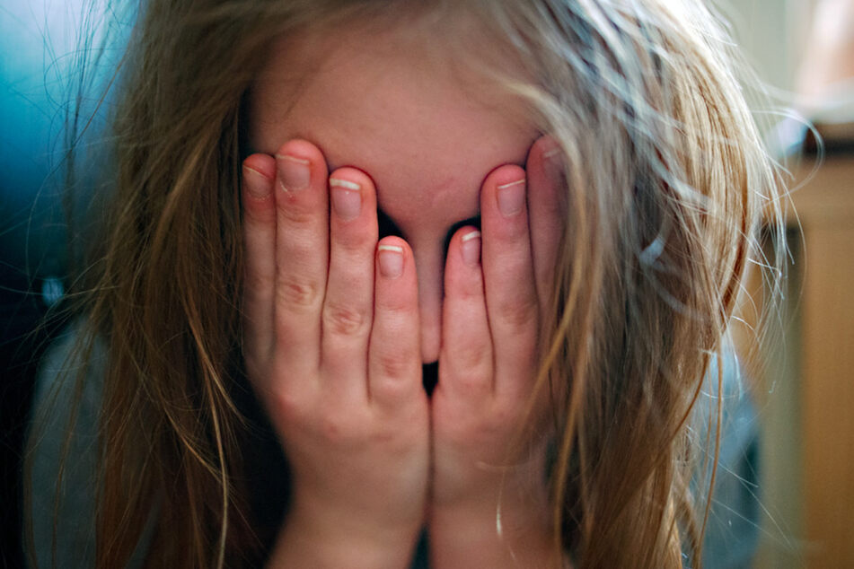 Mädchen öffentlich geschlagen: Mann eilt zu Hilfe und bekommt auch Prügel ab
