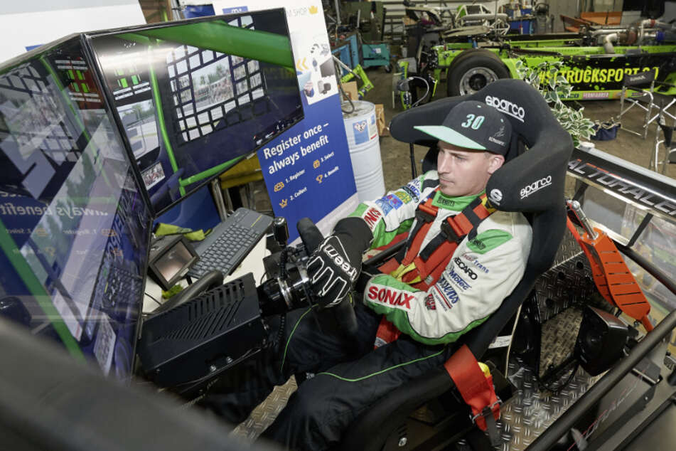 Truckrennfahrer Sascha Lenz trainiert am Simulator. (Archivbild)