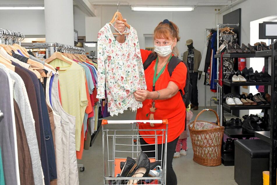 Klamotten und Schuhe zum Schnäppchenpreis: Kundin Lyubor Makukh (70) auf Einkaufstour.