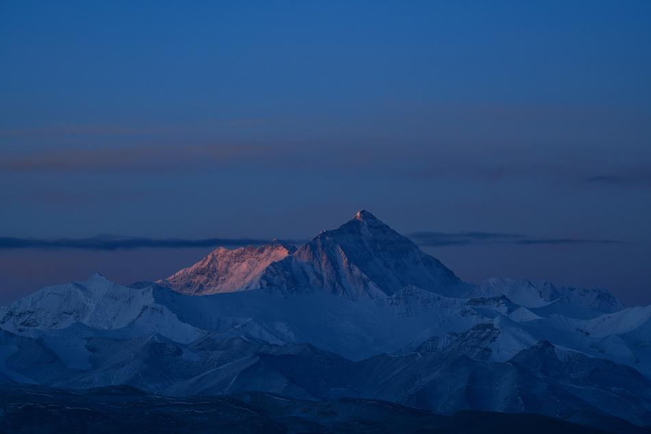 Der Mount Everest im Himalaya, auf Tibetisch Qomolangma, gilt als der höchste Berg der Erde.