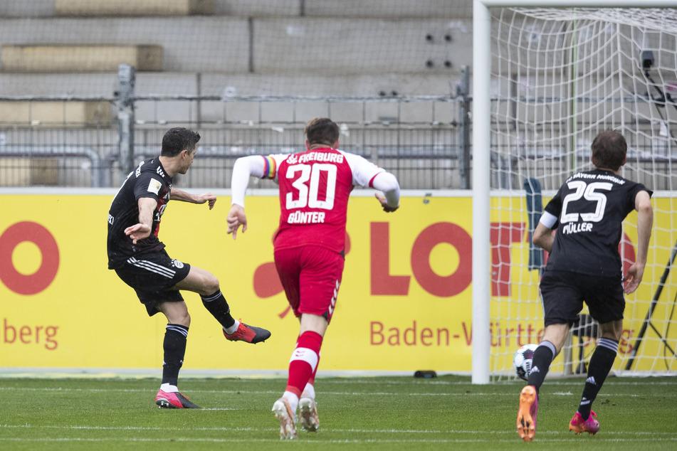 Ein Treffer für die Geschichtsbücher: Robert Lewandowski (l.) verwandelt vom Elfmeterpunkt zum 1:0 für die Bayern.