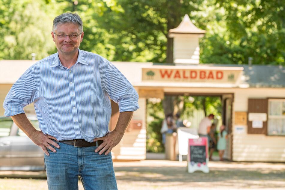 Vorbild Langebrücker Waldbad? FDP-Chef Holger Zastrow (52) startet eine Debatte über mehr Freibäder in Dresden.