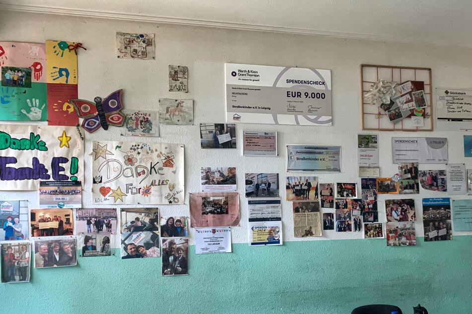 Gabi Edler ist nicht nur bei dankbaren Straßenkindern bekannt und beliebt, sondern auch bei Deutschlands Promis, wie viele Fotos an der Wand des Vereins zeigen.