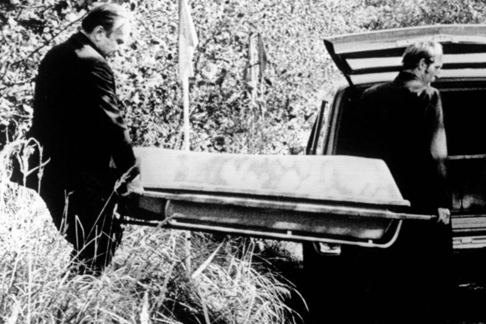Die Leiche Ursula Herrmanns wird in einem Zinksarg abtransportiert. Am Mittwoch jährt sich die Entführung des zehnjährigen Mädchens.