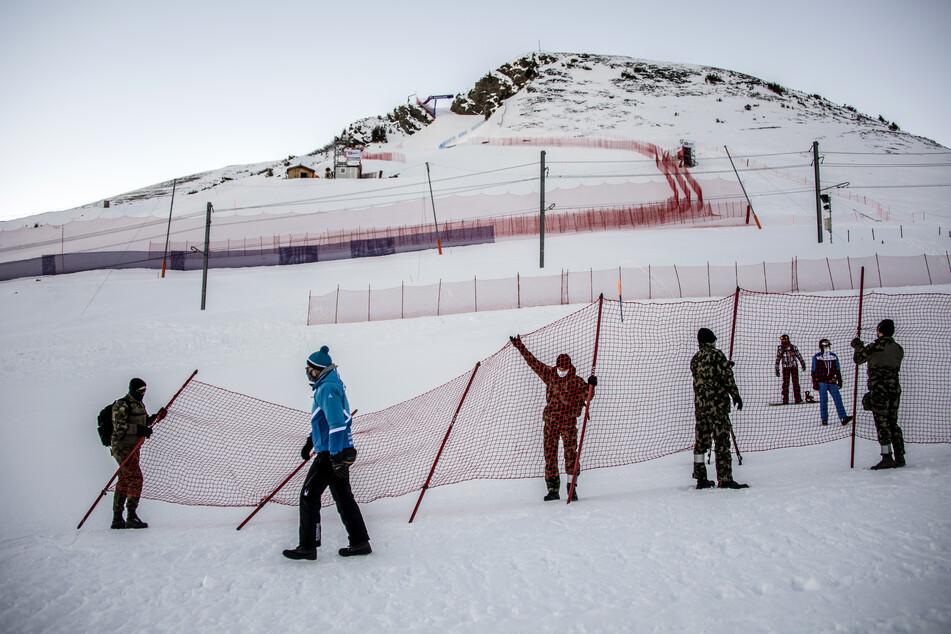 Vor dem Weltcup, Abfahrt, Herren: Schweizer Soldaten sperren den Zuschauerbereich vor der Skipiste mit einem Zaun ab. Die diesjährige Ausgabe des Weltcup-Rennens soll wegen eines Anstiegs der Coronafälle in der Region nun doch nicht stattfinden.