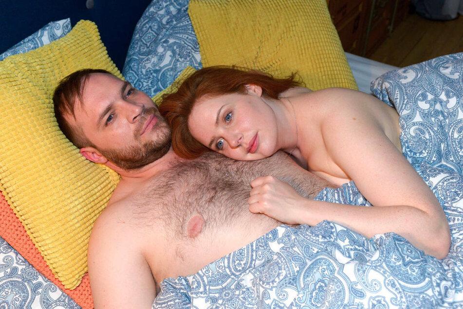 Toni und Erik geben sich ihrer Liebe in vollen Zügen hin.