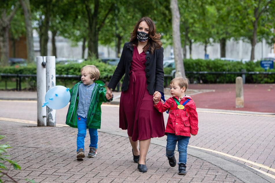 Stella Moris (38, M) mit ihren Kindern Gabriel (4, l) und Max (2) vor dem Belmarsh-Gefängnis in London.