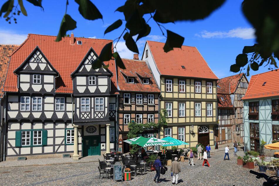 """Die Altstadt von Quedlinburg gehört zu den Welterbestätten. Touristen besichtigen die Altstadt mit Klopstockhaus (l-r) und den Kaffeehäusern """"Am Finkenherd""""."""