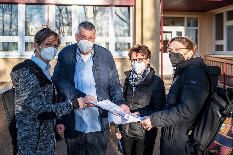 Sind vom neuen KJND-Konzept überzeugt: SPD-Stadtrat Maik Otto (43, v.l.), SFZ-Leiter Tino Landmann (43), Jugendamtsleiterin Gunda Georgi (55) und Mitarbeiterin Heike Steege (58).