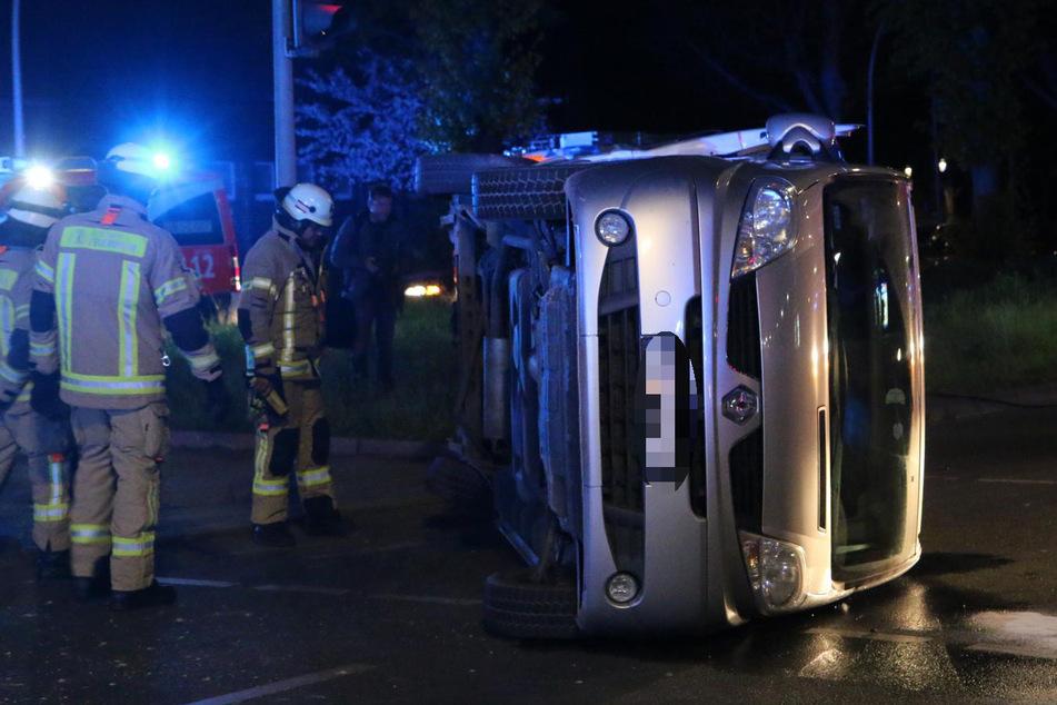 Transporter wird gerammt und kippt um: Zwei Menschen bei Unfall verletzt