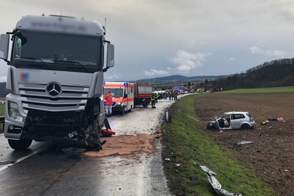 Auto kracht frontal in Lastwagen: Fahrerin schwerst verletzt