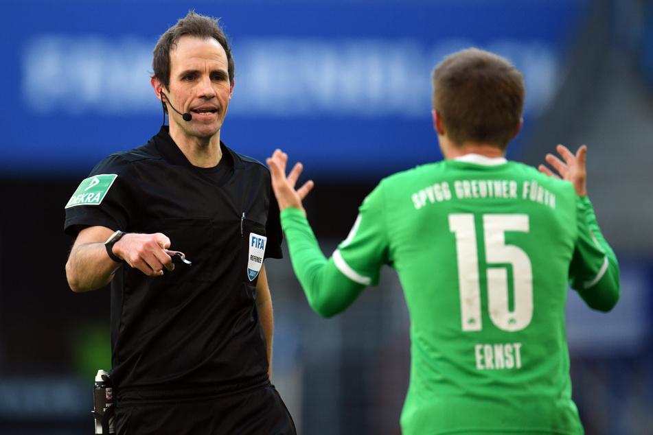 Schiedsrichter Sascha Stegemann (l.) zeigte Greuther Fürths Sebastian Ernst eine unberechtigte Gelb-Rote-Karte.