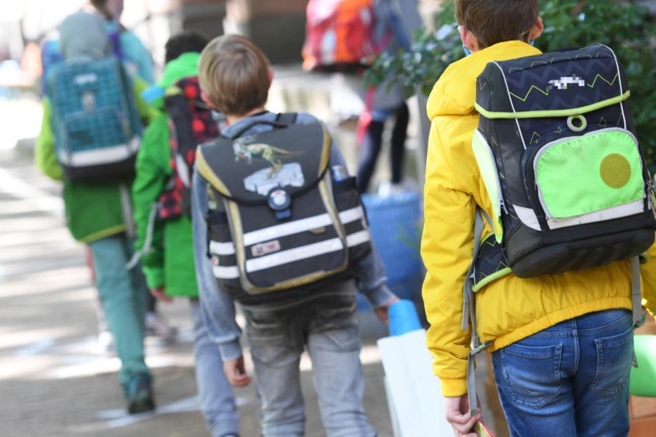 Schülerinnen und Schüler einer vierten Klasse in Frankfurt gehen ins Schulgebäude.