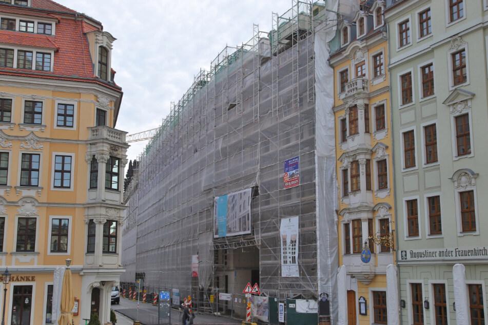 Seit Wochen ändert sich an der hinter Gerüsten verdeckten Fassade kaum etwas.