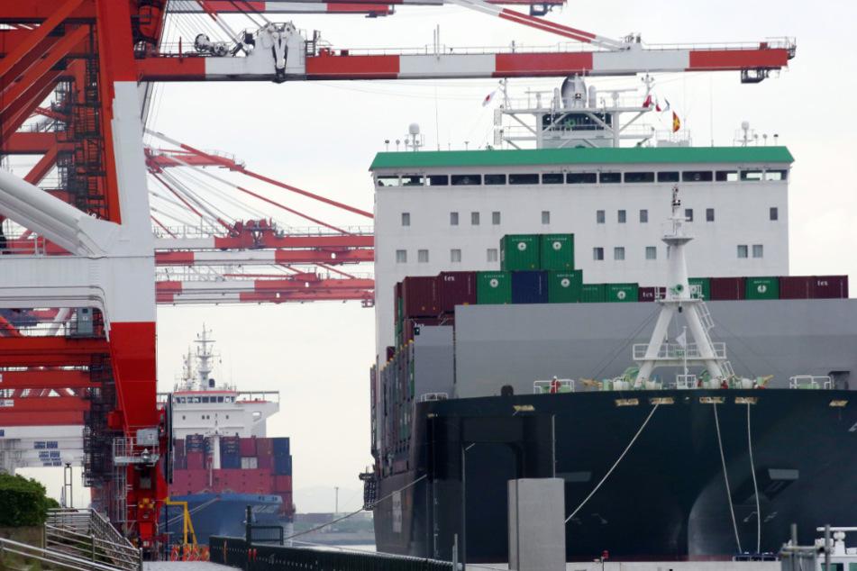 Ein Containerschiff in Tokio.