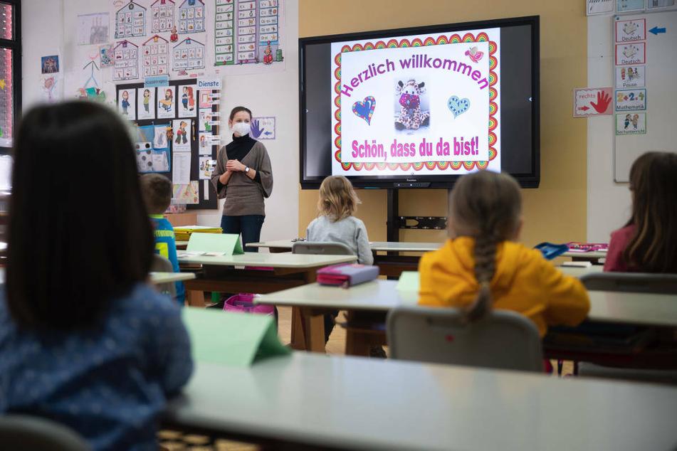 Sieben Wochen nach dem Start des Distanzunterrichts in der Corona-Krise haben die Grundschulen in Brandenburg zunächst mit Wechselunterricht am Montag wieder geöffnet.