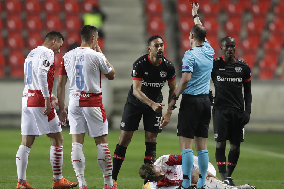 Leverkusens Karim Bellarabi (M.) sieht nach seinem Foul an Slavias Lukas Provod (unten) die Rote Karte.