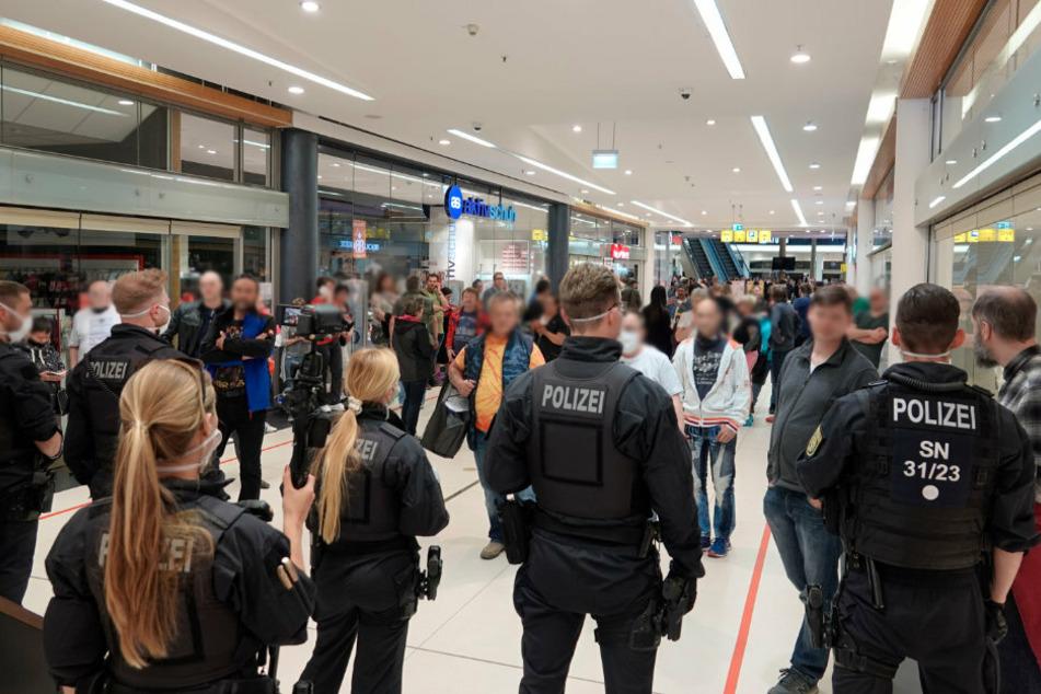 Die Polizei stoppte die Gruppe in der Einkaufspassage.