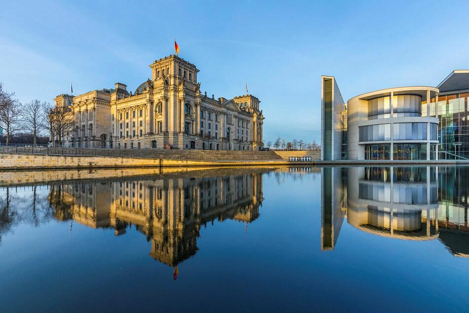 Der Reichstag badet im Morgenlicht. Wer wird Sachsen in Berlin nach der Bundestagswahl vertreten?